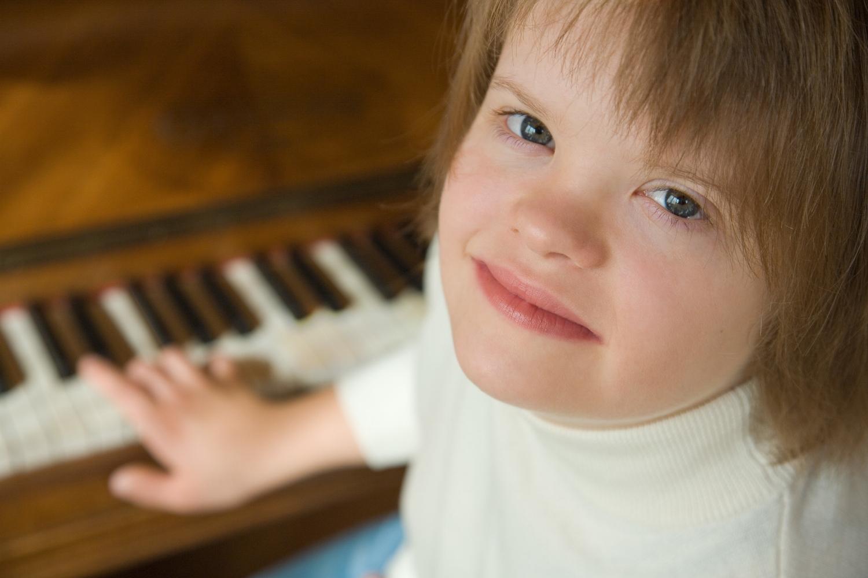 enfant trisomique au piano