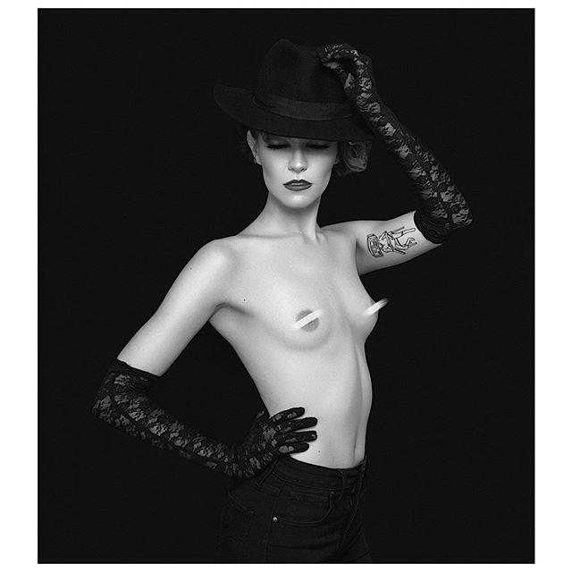 Femme Fatale vibes 🔪  Model: @_bug_97  MUAH: @joieelysemua . . . . . #fashionphotography #modeling #lamodels #losangeles #theimaged #visualsgang #aov #monochrome #censored #photographysouls #agameoftones #portraitgames #photoshoot #canon #pursuitofportraits #discoverportrait #portraitmood #moodygrams #tangledinfilm #l0tsabraids  #vscoportrait #boudoir #noir #femmefatale