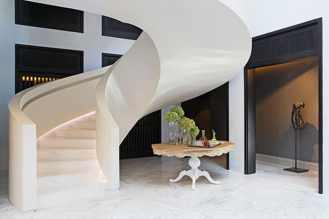 Двухэтажная лестница из CorianCameo White в отеле Королева Виктория на набережной Кейптауна