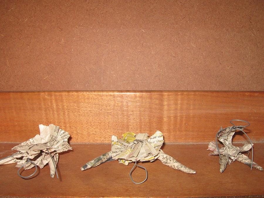 פרט של רקדניות , נייר עיתון עץ ומתכת על מדף  Detail: Dancers. Paper, newspaper and metal on a shelf