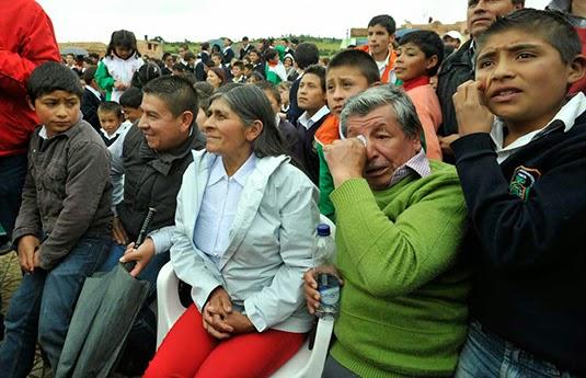 Nairo's parents watching the Tour de France. photo: lemonde