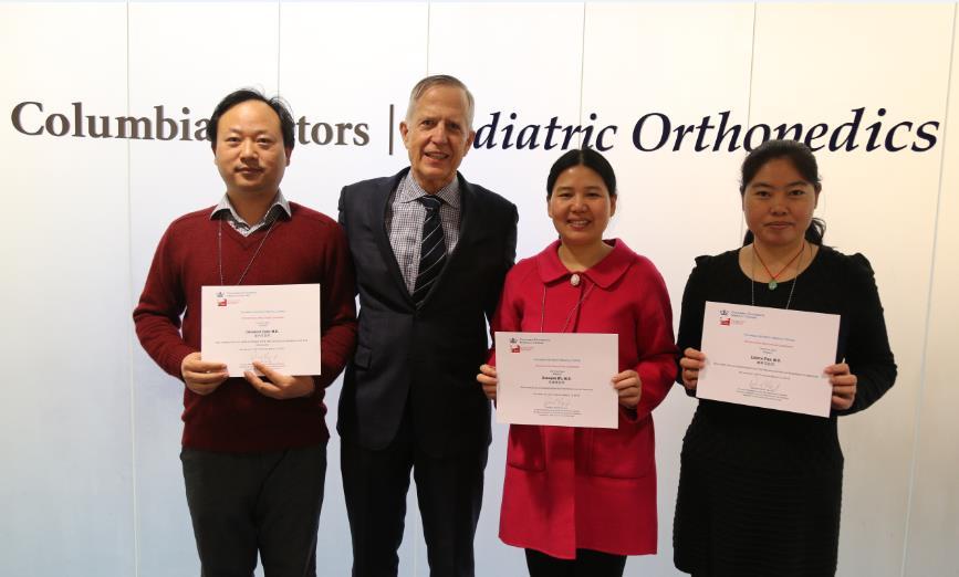 骆德唯医生与(左起)陈传军医生、吴晓清医生及潘林花医生在学位证书授予仪式上。