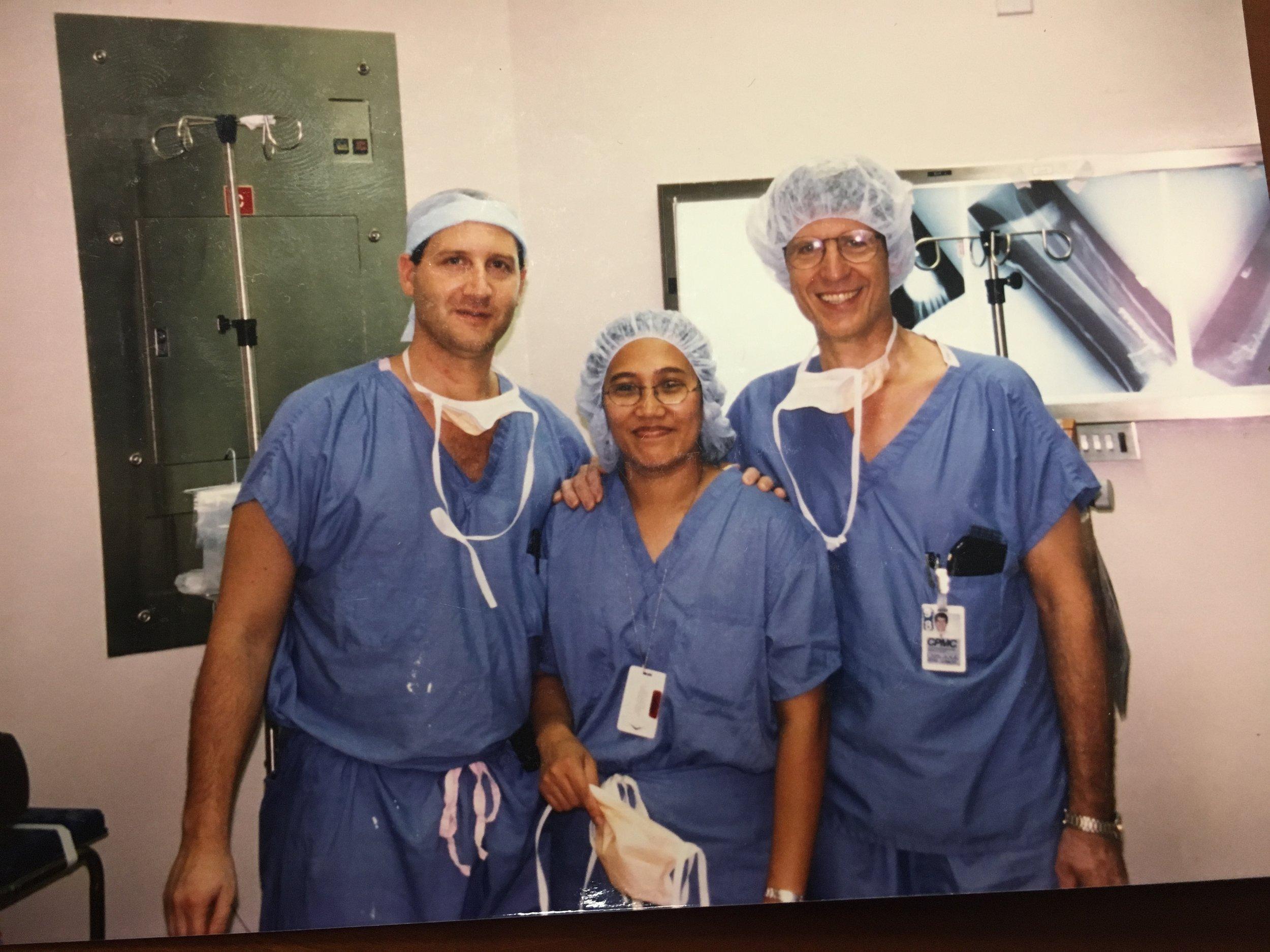 一张老照片:20年前的我(右)与我当时的住院医Enrico Stazzone(左)在手术室中的合影,他现在是圣路易斯市慈爱医院的一位小儿骨科医生。