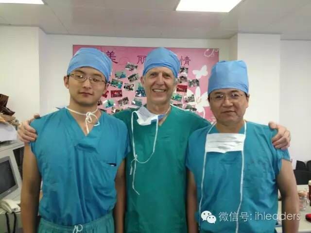 我(中)与我的老朋友许南方医生(左)和孙琳医生(右)在中国的合影。孙琳医生是北京儿童医院小儿骨科主任,我在国内与他有过多次合作。南方在国内医学院毕业后赴哥伦比亚大学攻读硕士学位,正是在这期间我与他相识。现在他已经学成归国,在北医三院成为了一名骨科住院医生。