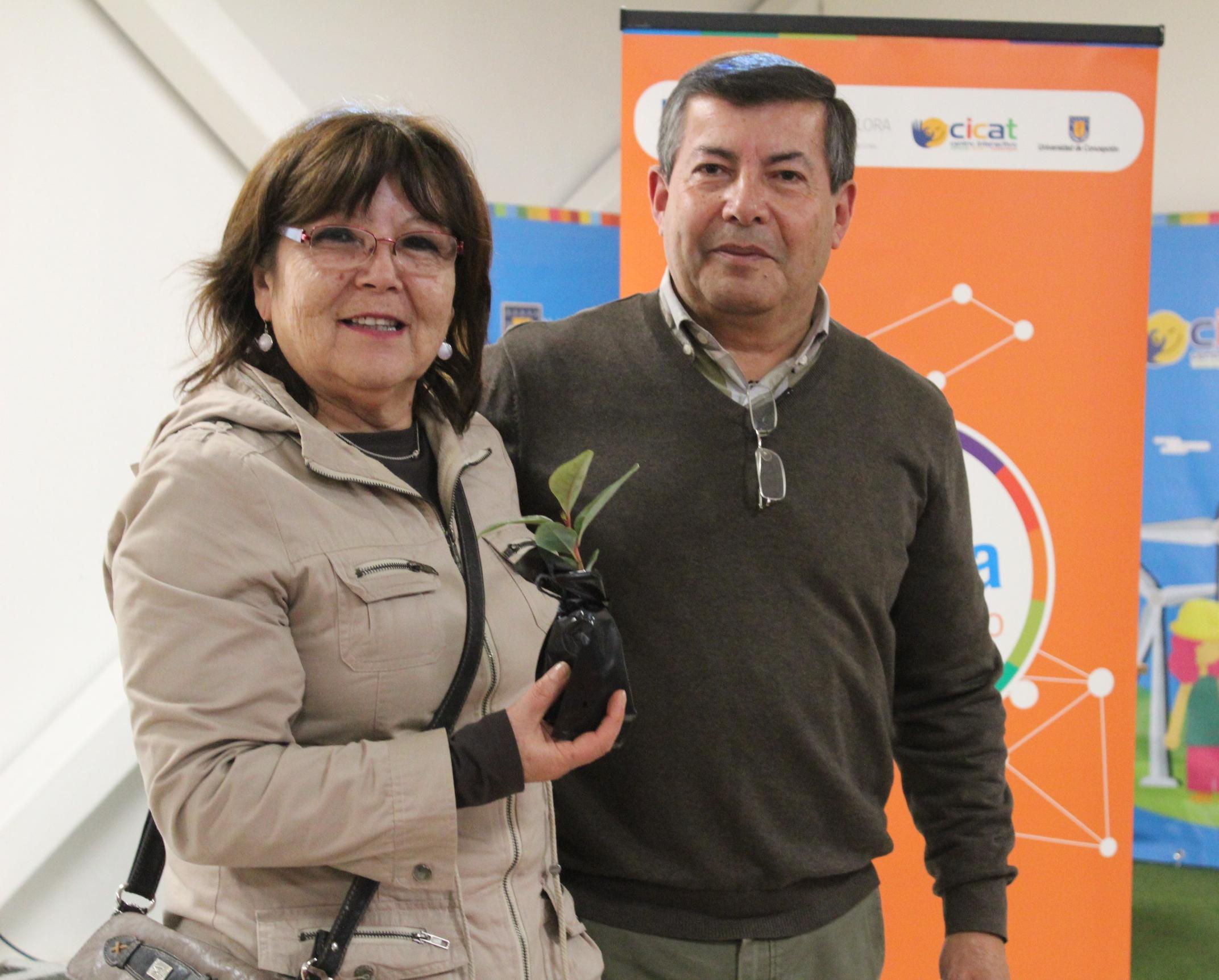 Dr. Peña acompañado de una de las profesoras de Red Territorial