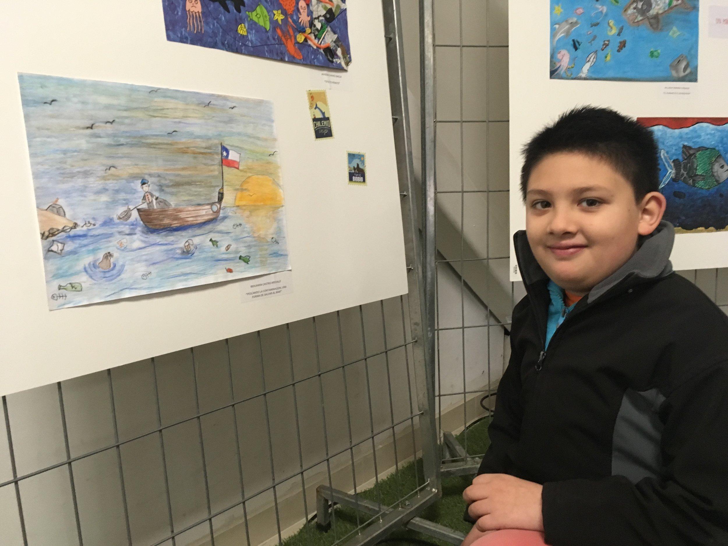 """Benjamín Castro, y su obra """"Pescando la contaminación, una forma de salvar el mar""""."""