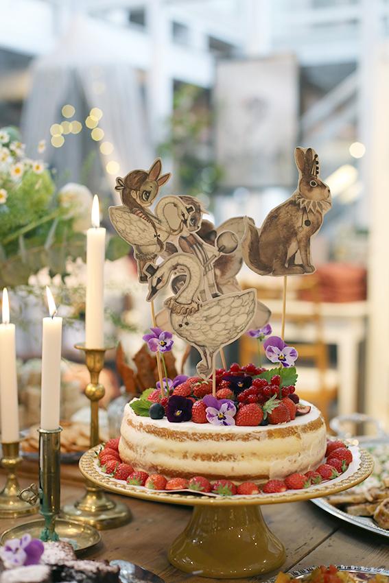 Paper friends - kan man använda till så mycket, bla ett perfekt sätt att dekorera tårtan. Tror ingen vågade skära sig en bit med risk att förstöra den här vackra skapelsen …