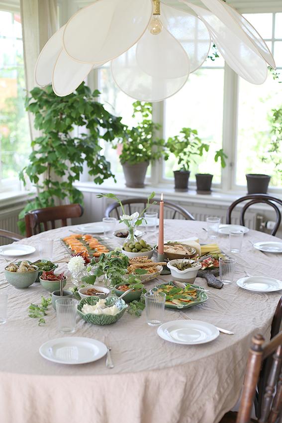 Det kan liksom inte vara en utmaning för någon i hela universum att hitta en vacker vinkel att fotografera hemma hos  Anna Kubel.  Det är liksom bara så fint. Överallt! Hon hade dessutom fixat världens smarrigaste plock-middag men innan vi fick äta blev det vinprovning.