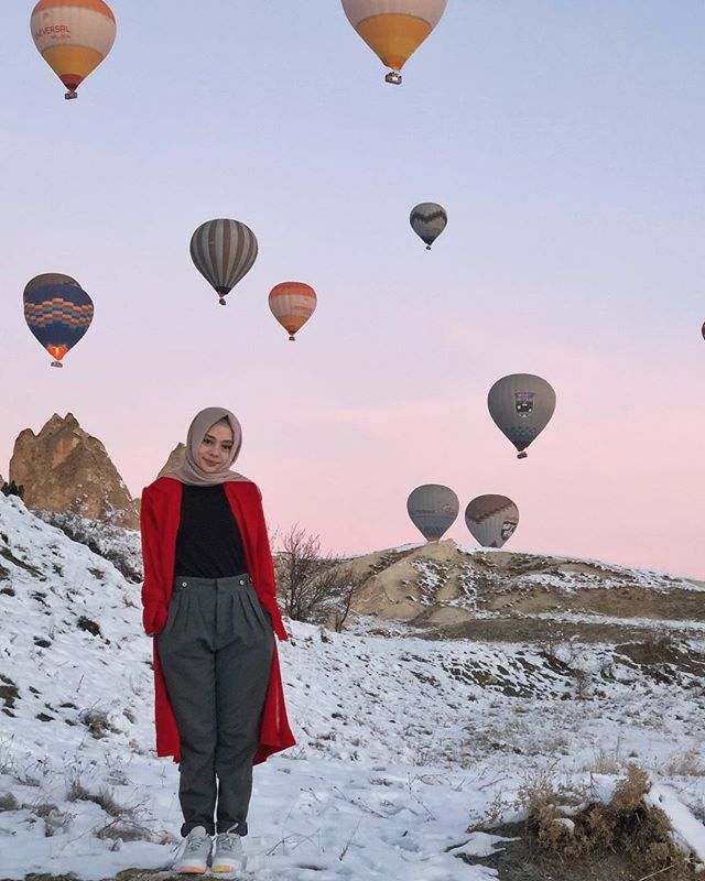 Bucket list ☑️ 📍 Cappadocia Red outer by @dailydarling . #dailytinaturkey #travelling #explore #turkey #hijabfashion #hijabstyle