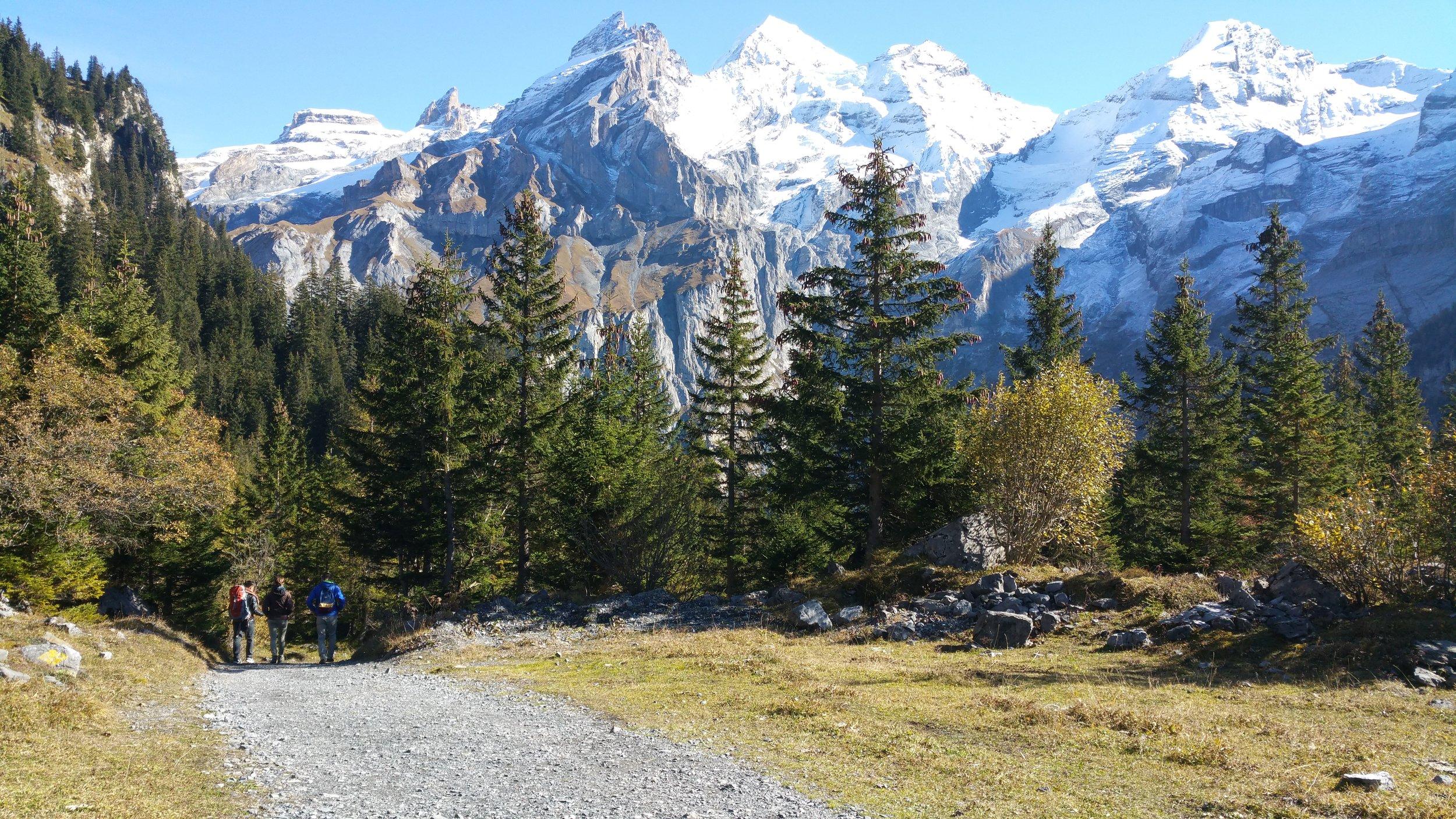 Trügerische Idylle? Wanderer am Oeschinensee, oberhalb von Kandersteg im Berner Oberland.
