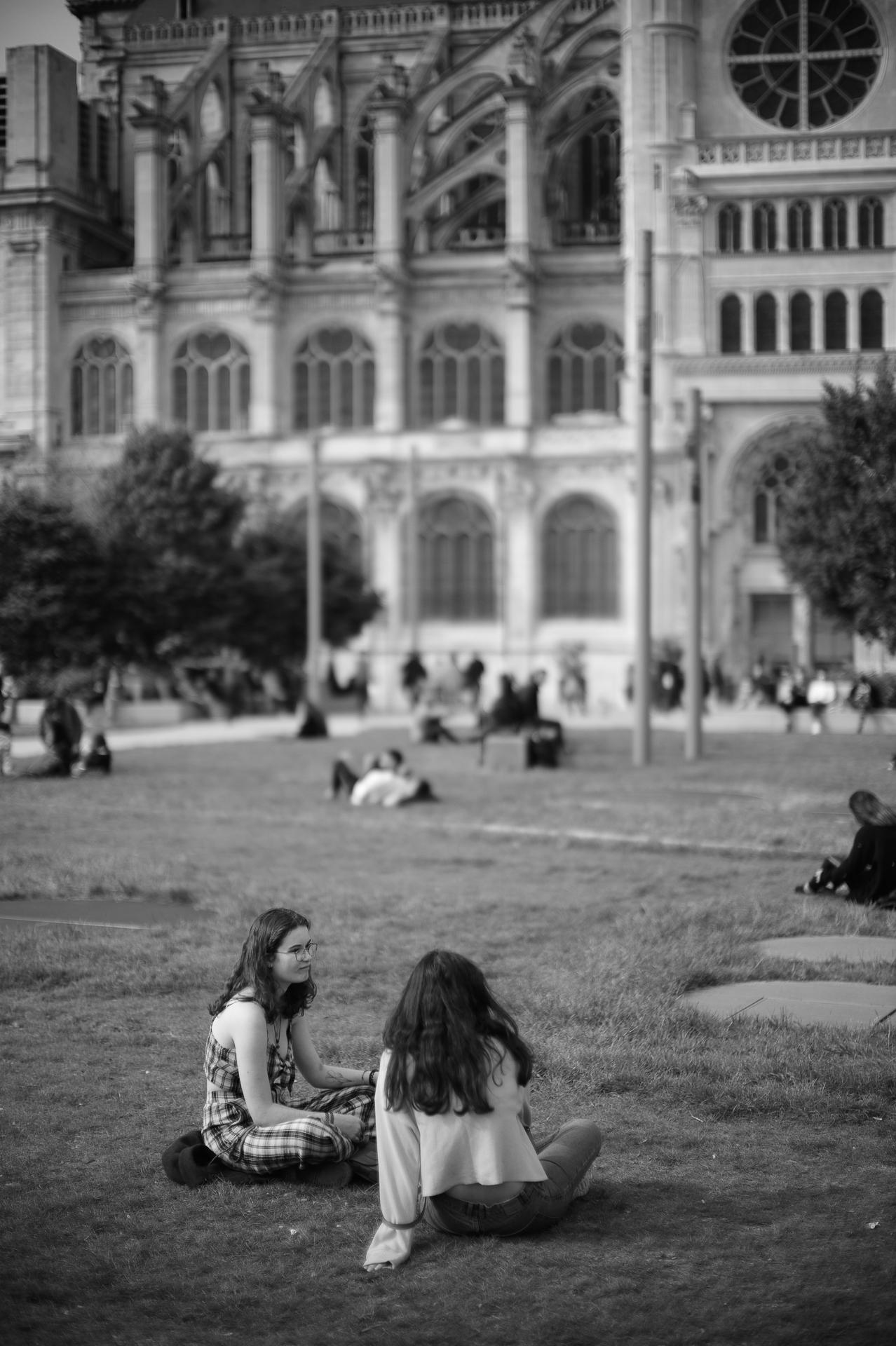 Les jeunes filles devant l'Église Saint-Eustache © 2019 Jerry Yang