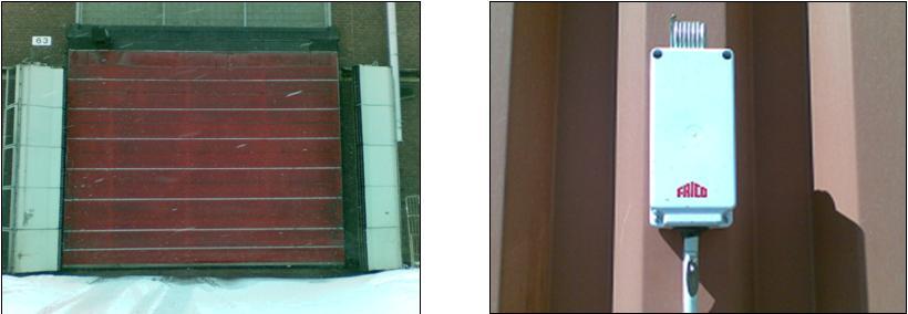 Bilden till vänster visar ridåfläktar på båda sidor om porten. Bilden till höger visar temperaturgivar/styrenhet monterad på yttervägg. Inställningen av temperatur görs enkelt med en skruvmejsel under locket på givaren.