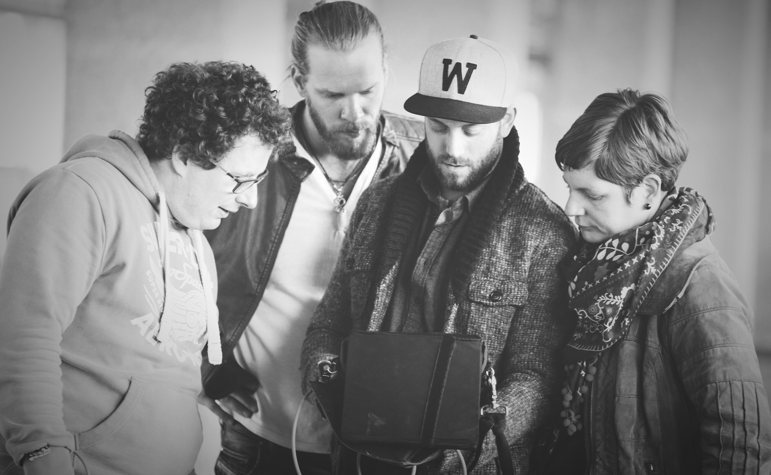 Tomreviewsthe last filmedtakeson the set of  Freiraum5  music video.