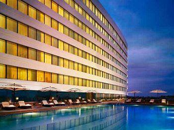634859023438642462_Vivanta by Taj Surya  Swimming Pool.jpg
