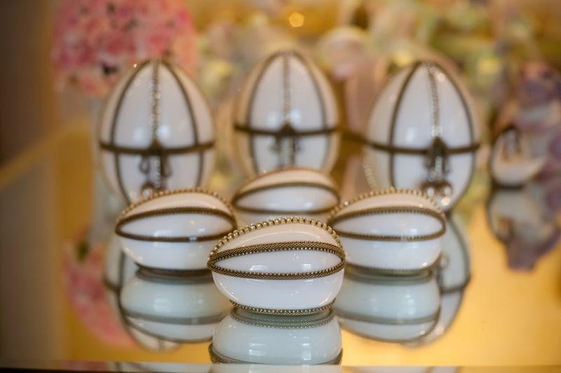 Ovo Branco de Porcelana com Detalhes em Metal (Porta-Jóias)