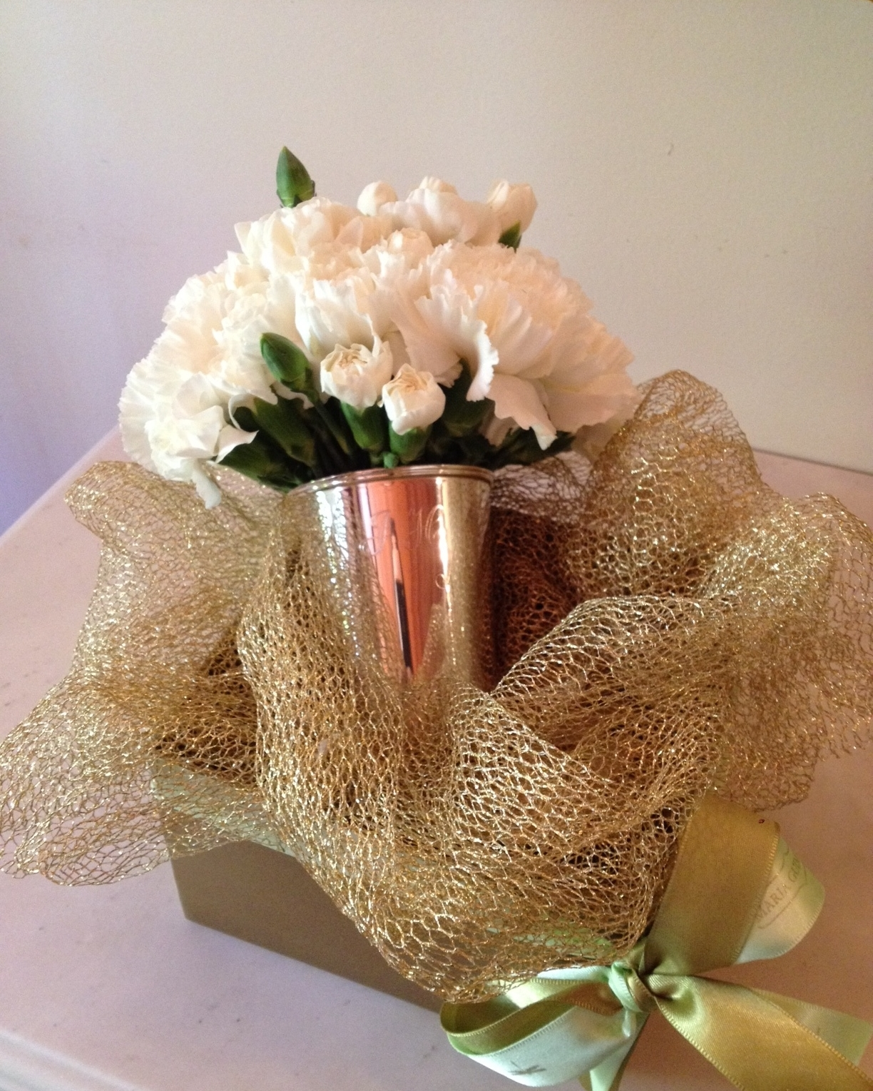 Copo de Prata para Presente de Noivado com Gravação (iniciais dos noivos) e Buquê de Flores