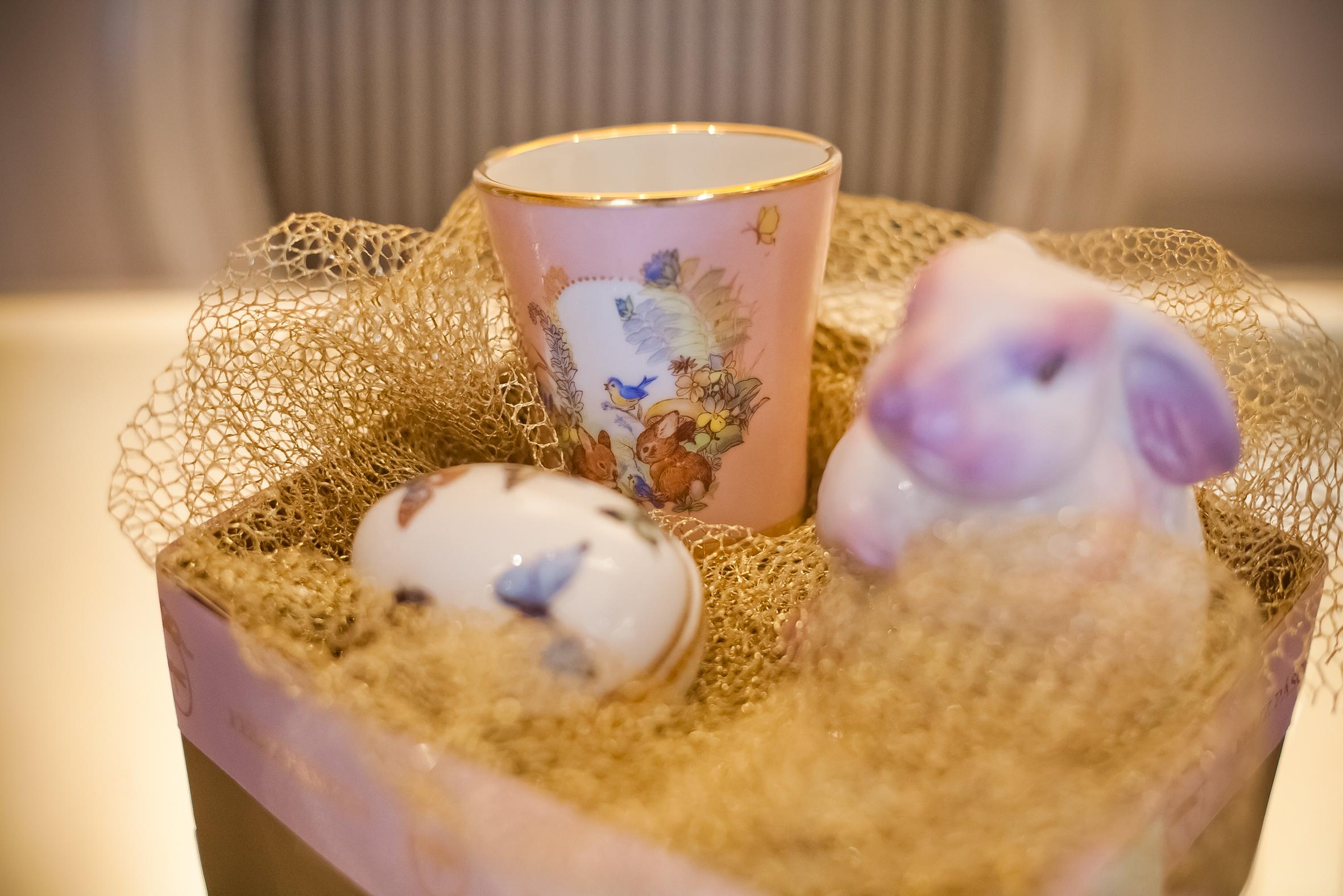 Presente Caixa Pequena com Ovinho Borboleta, Copo Coelhinho e Coelho de Porcelana