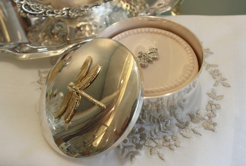 Caixa de Prata Pequena com Detalhe de Libélula em Dourado: R$140,00