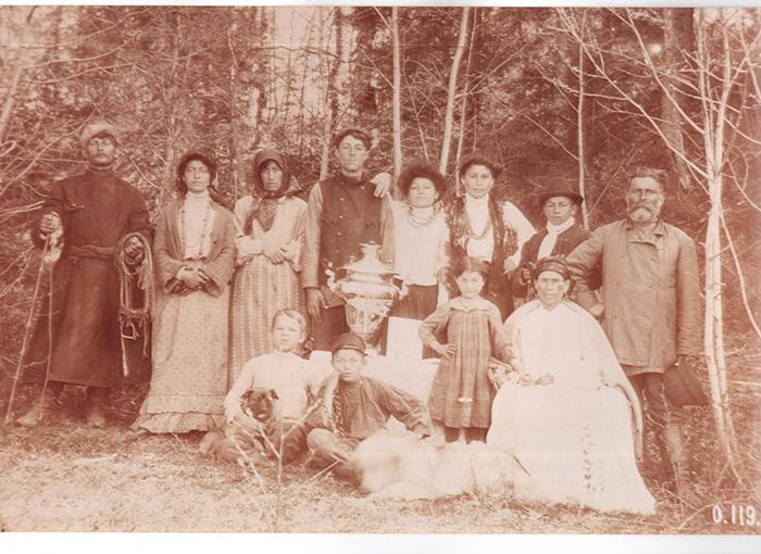 Цыганская семья конца XIX века из собранияРоссийскогоэтнографическогомузея, СПб