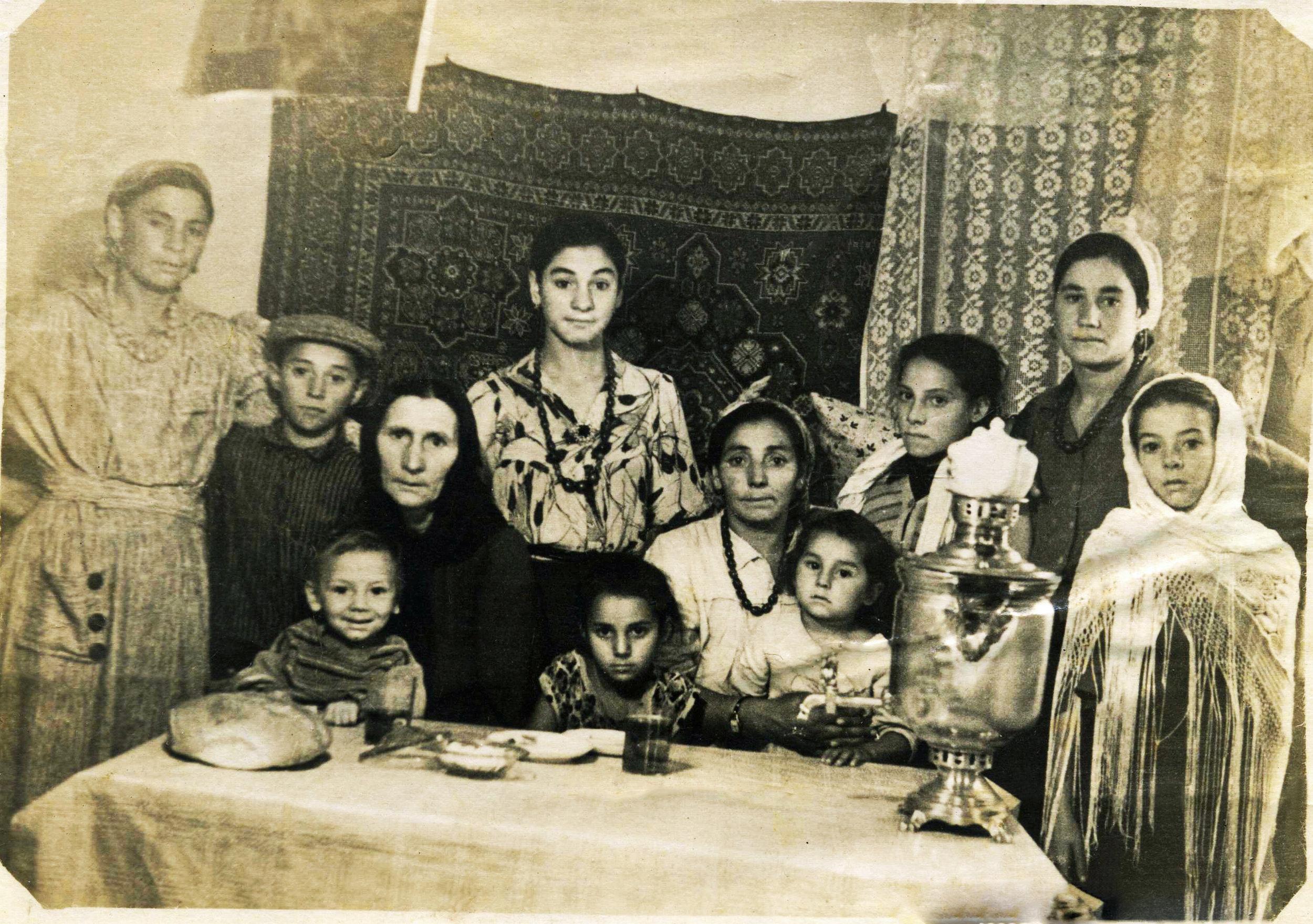 Зинаида Юренко (стоит четвертая слева) с матерью Ольгой «Будкихой» (сидит четвертая слева), ПГТ Меловое Луганской обл. Украины, 1959 г.