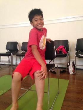 Cómo:  Mientras está sentado en su asiento, descruzar las rodillas y los tobillos y coloque su mano izquierda sobre la rodilla opuesta. Coloque su mano derecha en el asiento trasero o asiento detrás de usted. Inhale, y sentarse de altura. Exhale, y gire hacia la derecha, manteniendo los hombros abiertos y sin desplomarse. Repita en el otro lado. Hacer unas 2-4 veces. Los niños pueden soplar su aliento como si estuvieran soplar una vela de cumpleaños. Mantenga el torción el número de su edad. Así que un niño de 6 años de edad, puede contar hasta 6 y mantenga el torción durante 6 segundos!   Beneficios:  Aumenta la flexibilidad en los hombros y el cuello. Estira y fortalece la columna vertebral y aumenta la circulación sanguínea.