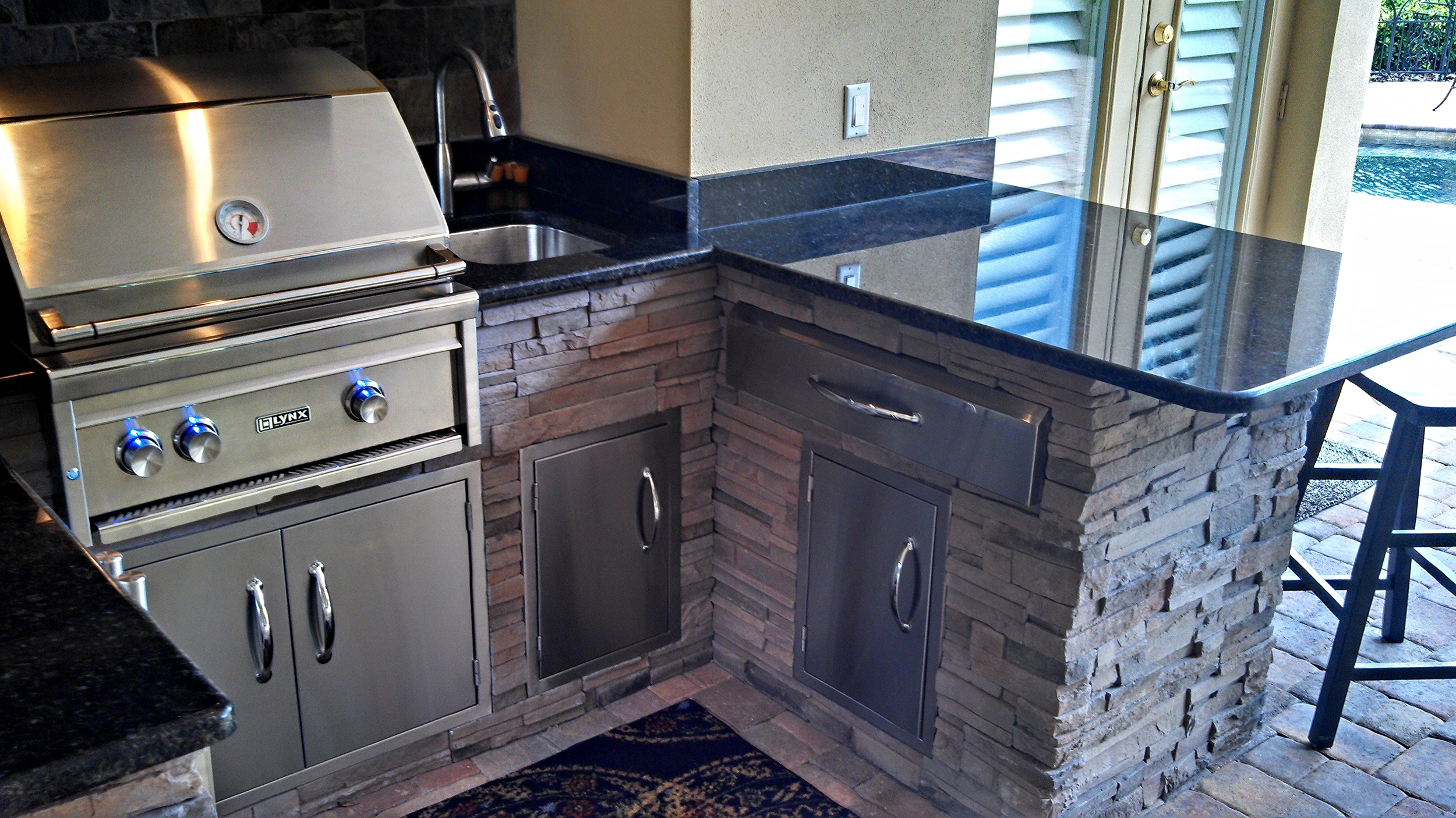 Plenty of storage and it looks like that Lynx Grill is ready to be put to use!