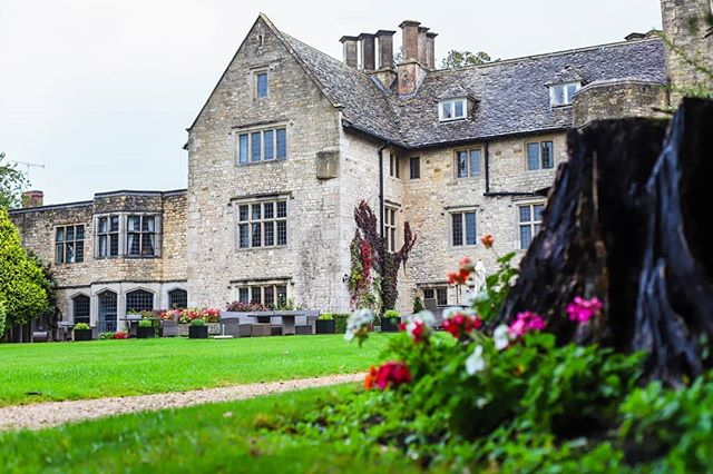 Even on a rainy day @stonehouse_court_hotel still looks great! 🍁🍂 Thanks to @wowweddingshowswest for another great wedding fair. Lovely to meet the new couples too. - - - #autumn #weddingfair #weddingideas #weddingbells #eventplanner  #rockmywedding #ohphotobooth #photobooth  #floralbackdrop #countrywedding #vintagecamera #bestphotoboothever #bestdayever #bristolwedding #savethedate #gurtlush