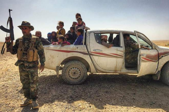 Refugees in no man's land near the IS-held town of Hawija