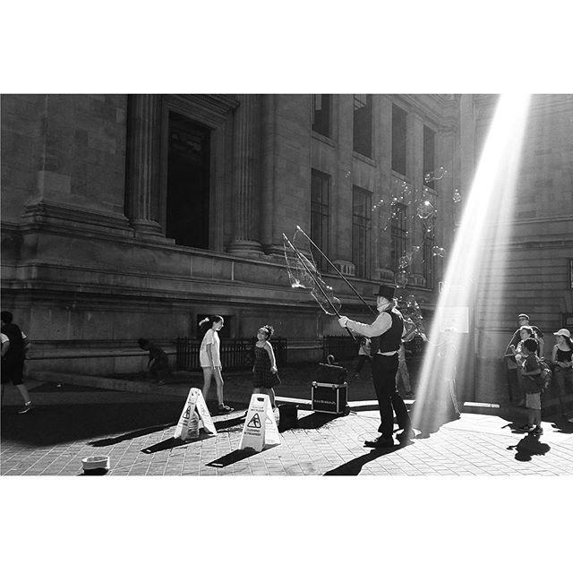 Day 224 | Mathew #streetperformer #london #rayoflight #bubbles