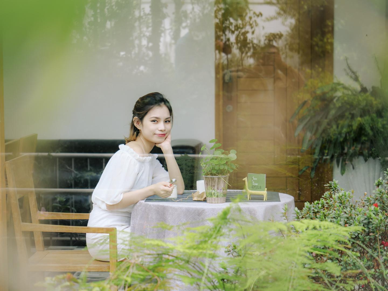 Màu trắng, xanh và lớp cửa kính nhìn ra vườn từ phòng ăn tại Lữ Tấn khiến bức hình của bạn thật sáng và hài hoà.