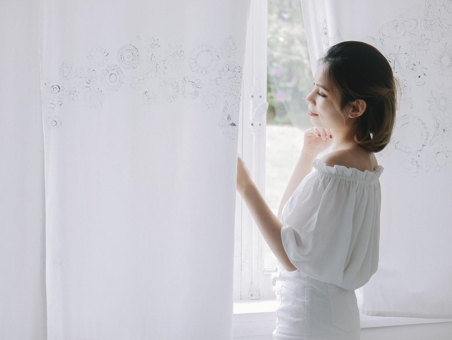 Căn phòng trắng với những điểm xuyết màu sắc ôn hoà, nhìn thôi đã cảm thấy an yên.