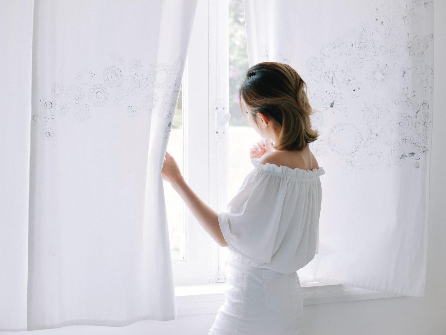 Hoạ tiết điển xuyết nhẹ nhàng trên rèm cửa tôn len vẻ tinh tế của Lữ Tấn