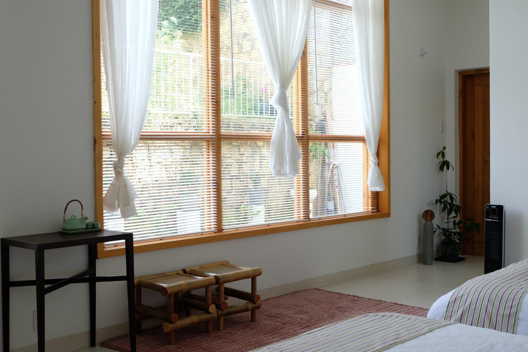Nguyên liệu gỗ - tre kết hợp hài hoà với sắc trắng, mang lại cảm giác êm dịu, thảnh thơi