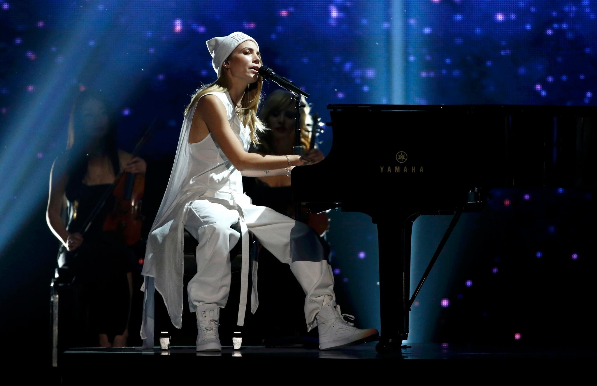 Skylar-Grey-na-kovrovoy-dorozhke-premii-AMA-23-noyabrya-2014-17.jpg