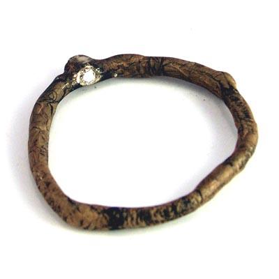 WOOD-ring met groene diamant aan de buitenzijde, en een champagne diamant aan de binnenkant van de ring.