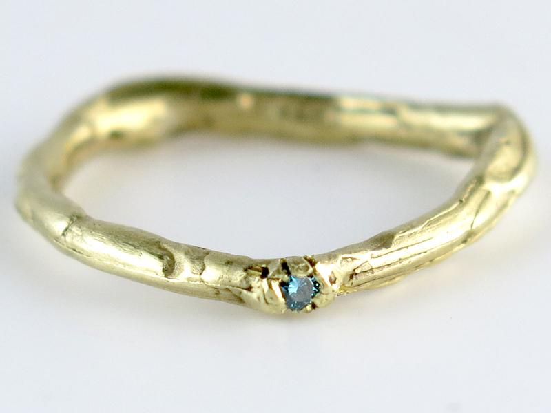 'Takjes' ring met blauwe diamant