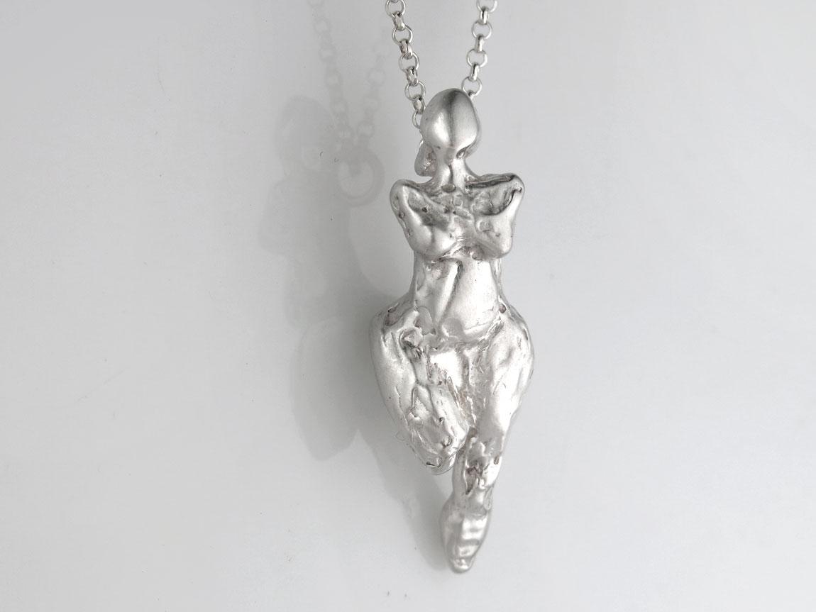 vrouwtje-sculptuur-hanger-zilver-rechtvoork-liesbethbusman-goudsmid-denhaag1150px.jpg