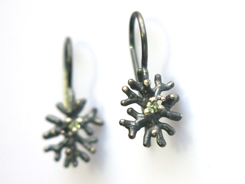 oorhangers-koraal-middel-zwartzilver-groensaffier-liesbethbusman-6x800px.jpg