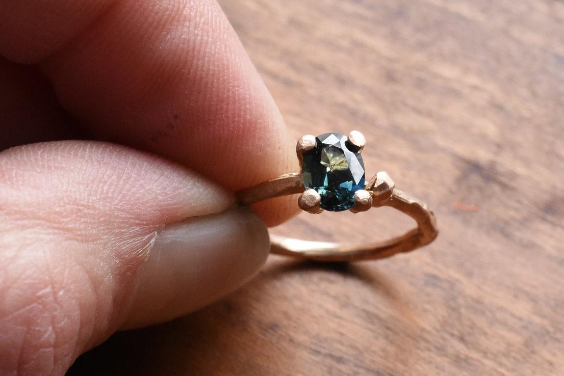 verlovingsring rose goud met blauw-groene saffier