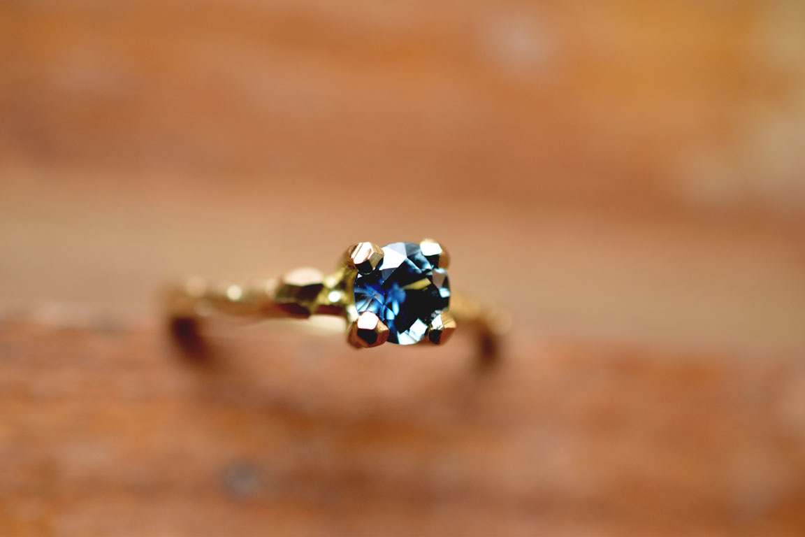 Golden engagement twigring with sky sapphire Gouden Takjes verlovingsring met Wolk Saffier