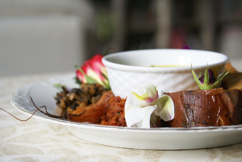 J'ai servi la foccacia avec mes samosas aux légumes épicés, de la patate douce rotie, des champignons au curry et plusieurs tartinades :-)