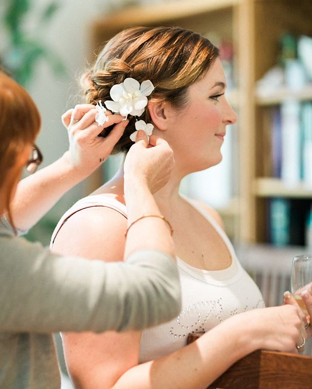 Oh the excitement of the final touches! 📷: @sweetlifephoto.jake & @sweetlifephoto.anna  #bridalupdo #bridalmakeup #bridalhair #hairflowers #weddingdetails #naturalmakeup #muah