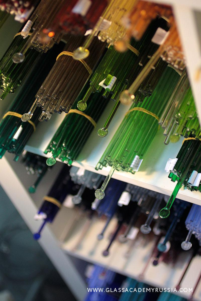 Широкий выбор стекла  В распоряжении гостей студии огромный выбор стекла от разных производителей, богатейшая гамма оттенков и эффектов. (Мурано, Чехия, Германия, США, Китай). В том числе доступны покупки инструментов и материалов в нашем  магазине .