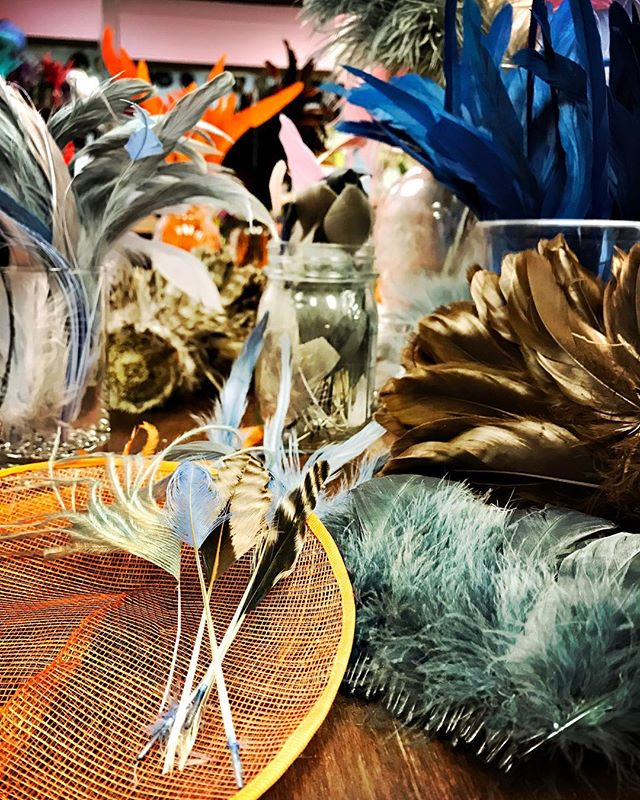 A jungle of feathers for #2018AITA this Saturday @churchilldowns with @fundforthearts #derbyfashion #art