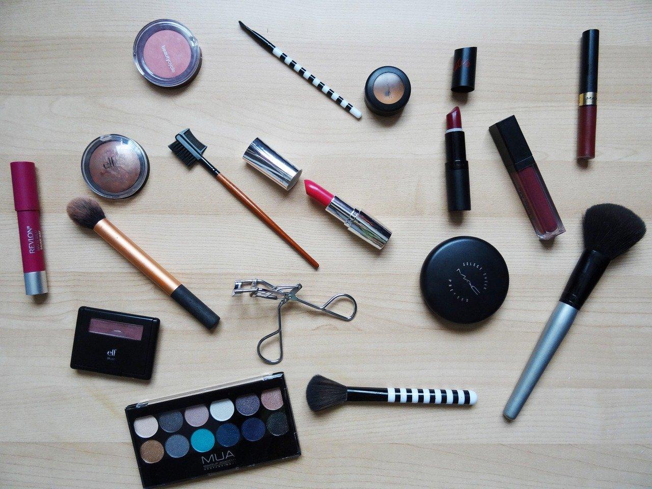 makeup-2454659_1280.jpg
