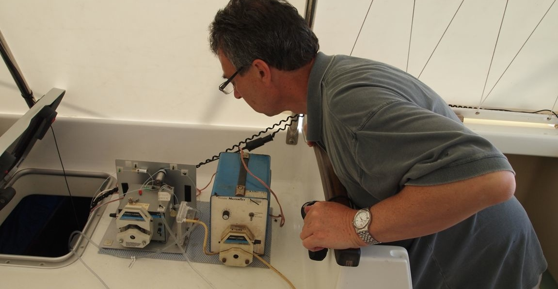 Prof. Ian McKelvie from Monash Uni working on the water quality equipment. Two Bays 2009