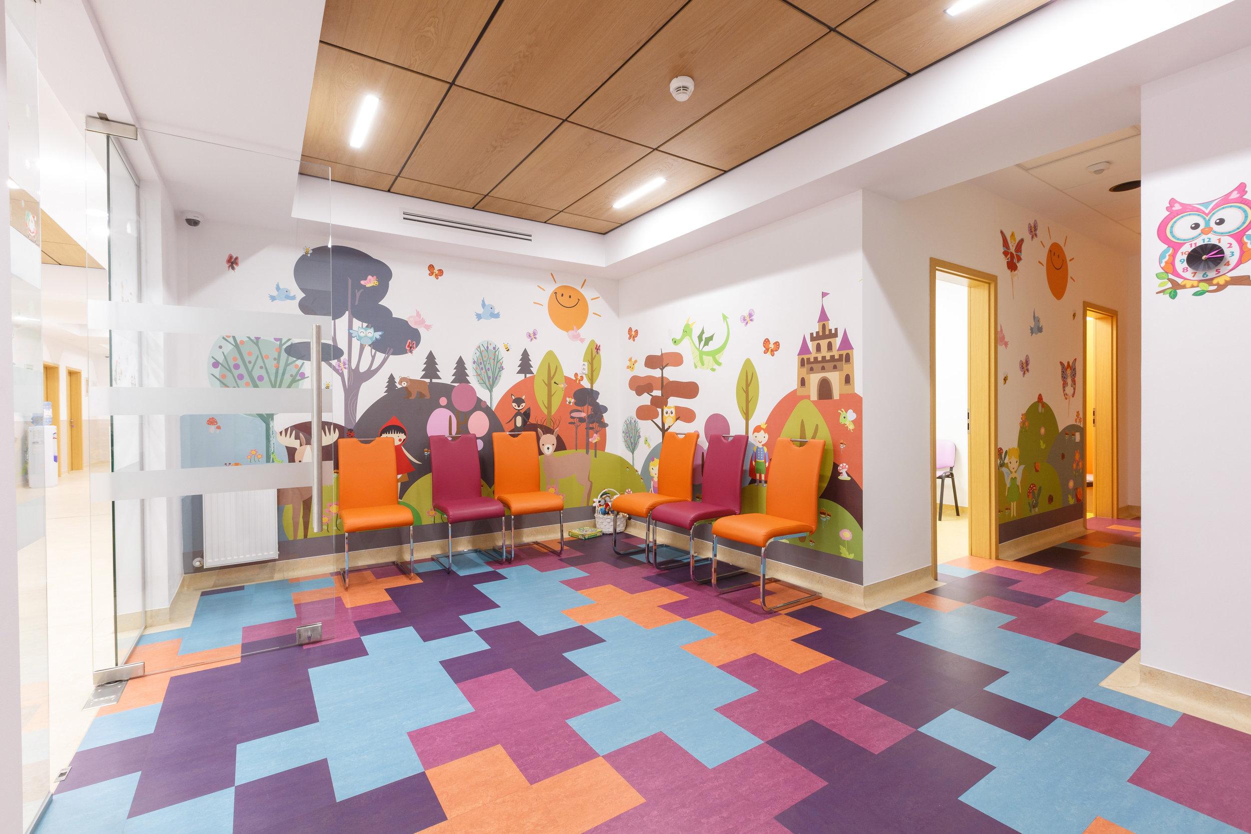 Clinica Oftalmologica Oculens (sala asteptare pediatrie2).jpg