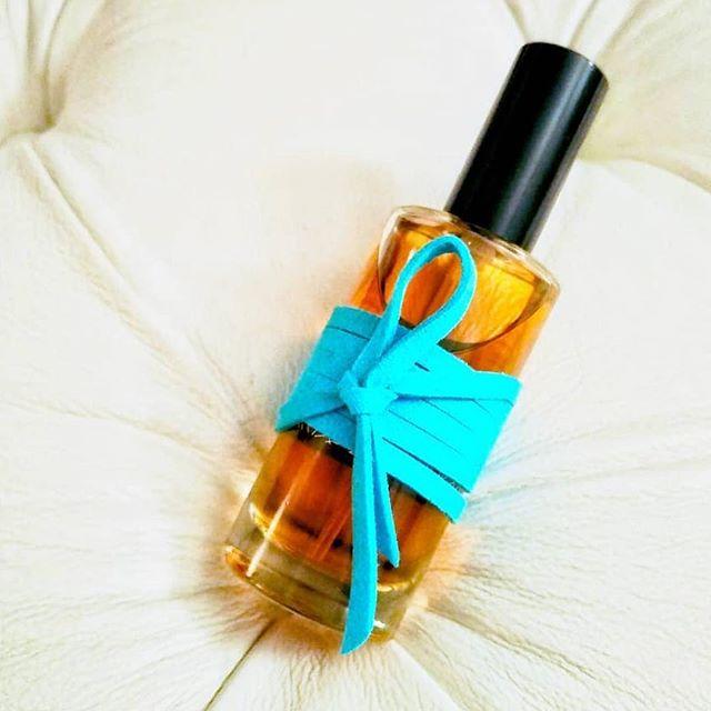 """#Repost @theperfumechronicles with @get_repost ・・・ My Review of It Was A Time That Was A Time, """"Were it a time"""" is now online (Link in bio !) This gorgeous perfume is the fruit of a collaboration of @shezaddawood and @bonneville.nicolas under the guidance of @olivia_bransbourg for @attachemoiparfums. This perfume is an experience in itself. Forsaking all ideas on perfumery, it is something one has to live in order to fully comprehend it. Blue like the sea, sky and night, It Was A (...) Time is one of my favourite perfumes and perfumed experience. I cannot wear it without holding back some tears. """"Tis the perfume of our silent fights, of the tears we shed in secret, of the questions we ask the moon at night. The scent of intimacy, of sharing, of secrecy, of laughing under the sheets, of running in the now, of singing under the rain ; the sweet folly of childhish passions unaware of the world around - the scent of a time, of the good times"""" . Read it on the website ! . . Ma Critique d'It Was A Time That Was A Time, """"That was longtemps"""" est maintenant en ligne (Lien dans la bio !) Ce superbe parfum est le fruit d'une ingénieuse collaboration entre @shezaddawood et @bonneville.nicolas sous la direction de @olivia_bransbourg pour @attachemoiparfums. Ce parfum est une expérience à lui seul, qu'il faut vivre pour pouvoir pleinement le comprendre. Abandonnant toute idée préconçue sur les parfums, It Was A (...) Time est un parfum bleu, comme le ciel, la nuit, la mer. Une de mes pièces préférées, je ne peux le porter sans devoir retenir quelques larmes. """"Il est le parfum de ces luttes silencieuses que l'on mène, de ces larmes que l'on verse, des questions que l'on pose à la Lune. L'odeur de l'intime, du partage, du secret, de ces rires échanges sous la couette, de ces courses dans la neige, de la douce folie des amours enfantines qui ne s'embarrassent d'aucun rien - le parfum d'une époque, d'un bon vieux temps."""" À lire dès maintenant sur le site !"""