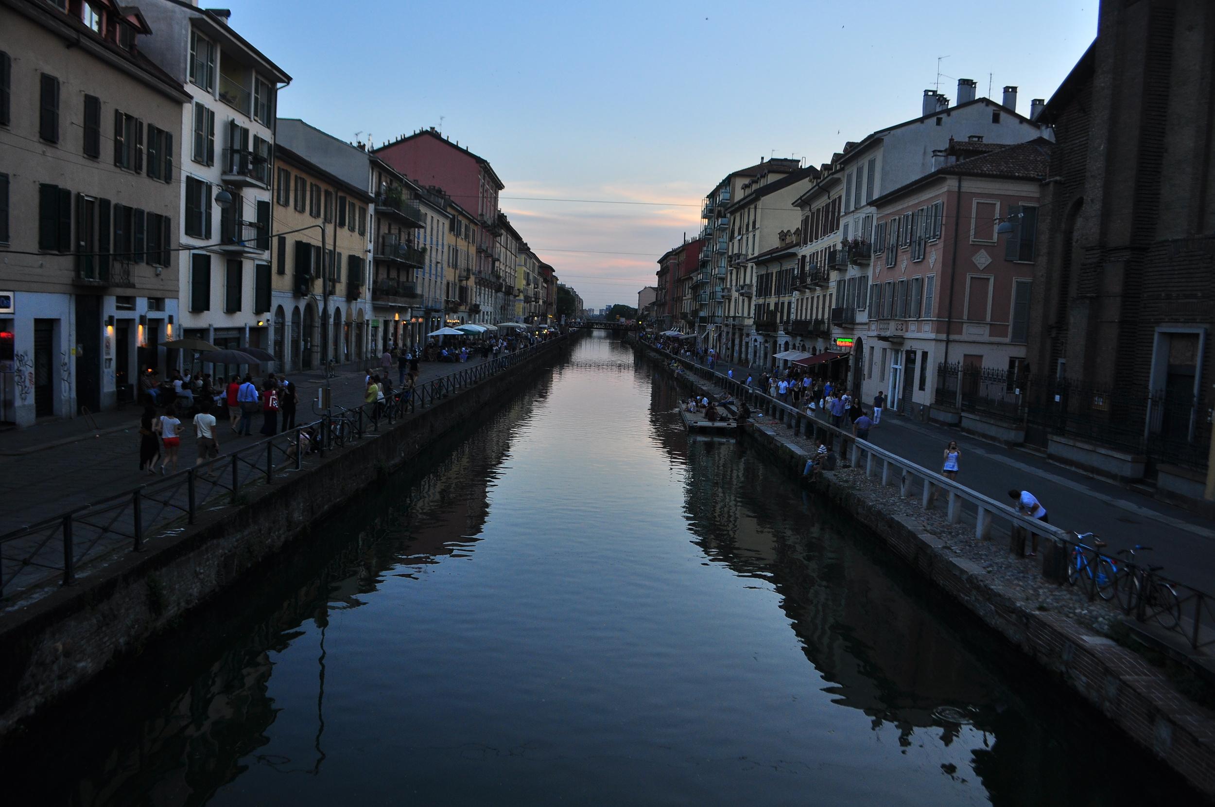 Everyone seemed to enjoy al fresco dining along the canal.