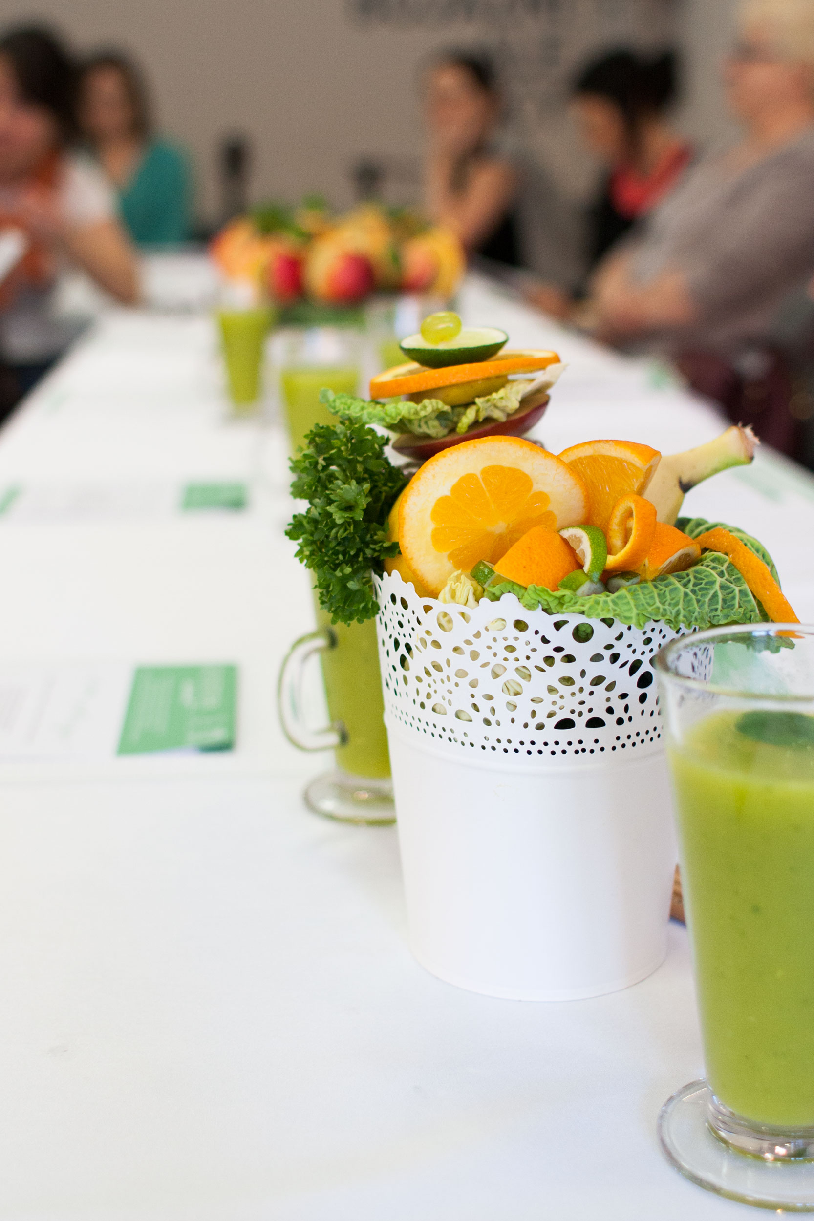 a stoły przystrojone były tym co Bóg daje nam najlepszego - owocami i warzywami
